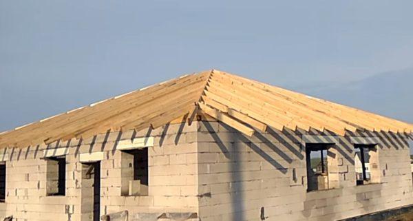 На фото — каркас вальмовой конструкции, готовый к установке обрешетки