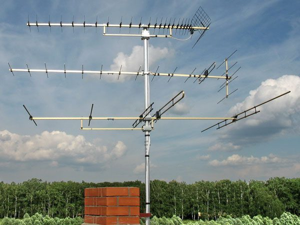 На фото: конструкция должна быть закреплена очень надежно, так как на нее оказываются значительные ветровые нагрузки