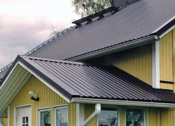 На фото: крыша из профлиста смотрится очень аккуратно