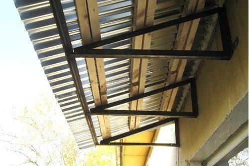 На фото наиболее распространенный вариант: стальные опоры-кронштейны и деревянная обрешетка.