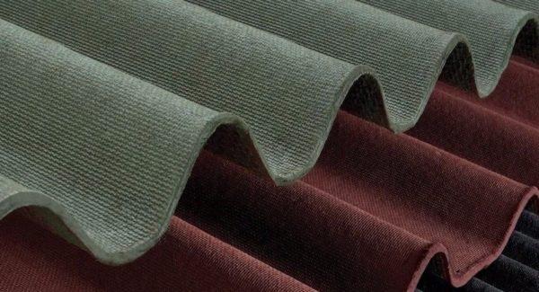 На фото ондулин — легкий битумный волновой материал