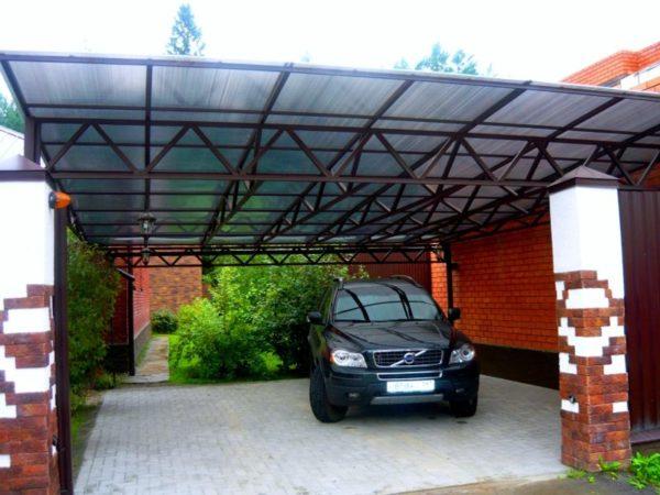 На фото открытый автомобильный гараж