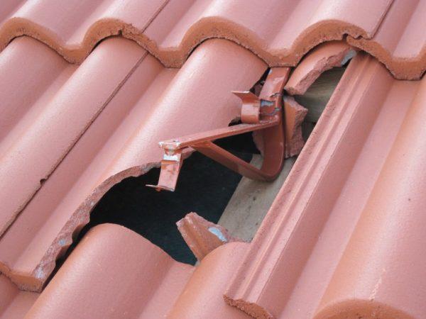 На фото — результат падения ветки: материал не выдержал достаточно сильного удара
