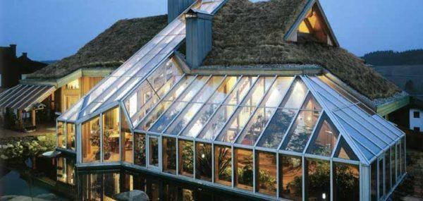 На фото зимний сад, причем стеклянная кровля не основная, а примыкает к зеленой крыше
