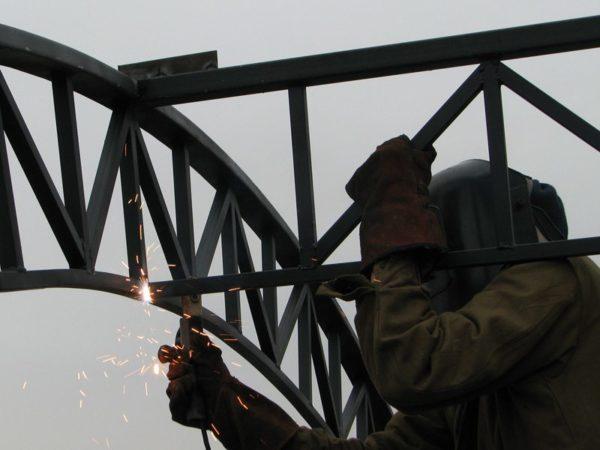 На фотографии показано, как правильно варить металлическую ферму