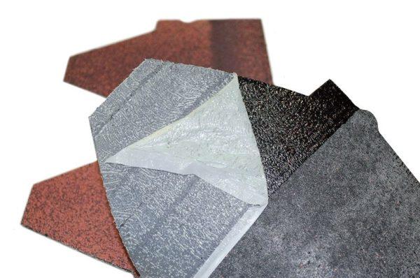 На изнанку наносится клеевое покрытие с защитным материалом