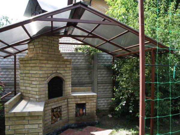 Навес для барбекю сделает ваш отдых на даче особенно комфортным.