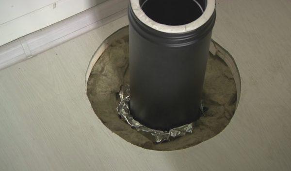 Не рекомендую заполнять зазор минеральной ватой, так как базальтовая вата лучше выдерживает высокие температуры