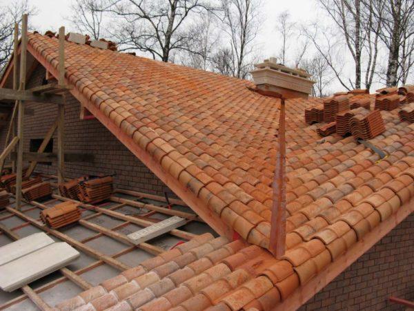 Небольшими деталями можно крыть крышу почти любой формы