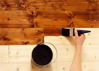 Обрабатываем деревянные детали пропитками и краской.