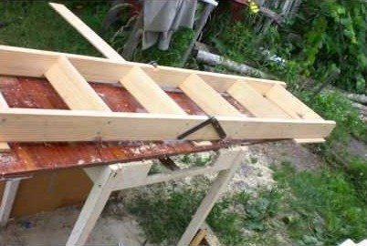 Основой для складной лестницы может стать обычная чердачная лестница, распиленная и соединенная петлями