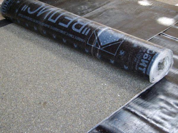 Отличить верхний слой от нижнего очень просто: на нем всегда есть защитная посыпка