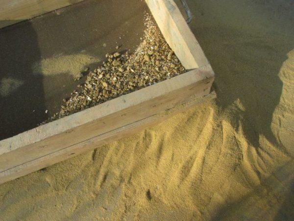 Перед использованием даже мелкозернистый песок желательно просеять