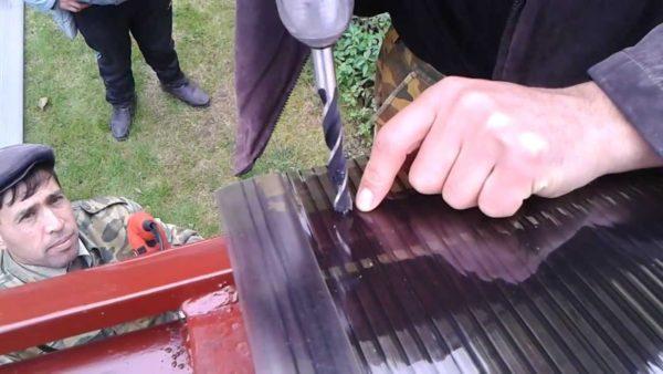 Перед креплением поликарбонат засверливается под термошайбу или саморез.