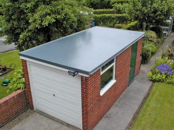Плоская кровля оптимальна для небольших построек, например, гаража.