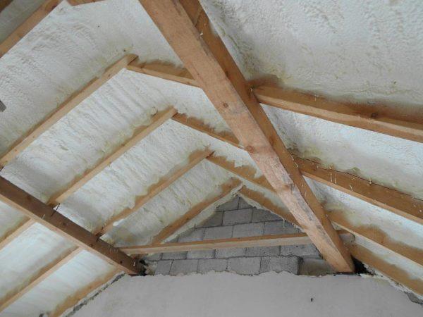Под скатами крыши обязательно монтируется толстый слой теплоизоляции