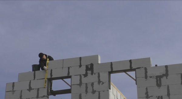 Поднимая каждый новый ряд фронтона, обязательно проверяйте вертикальность блоков уровнем