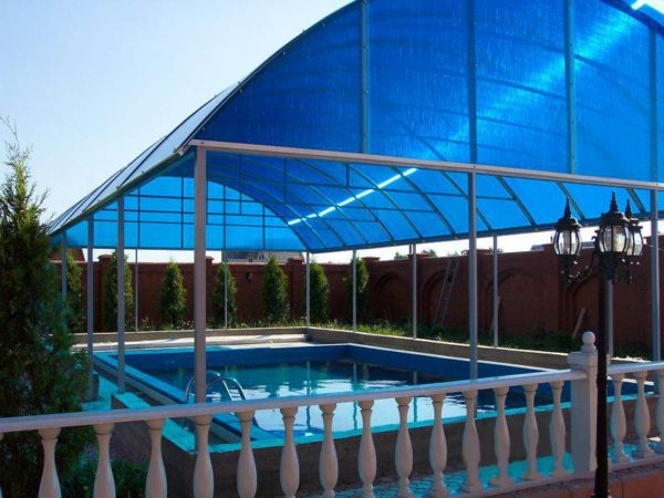 Поликарбонат использован при монтаже навеса над уличным бассейном.