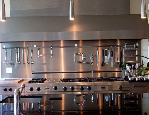 Где и как на кухне разместить релинги