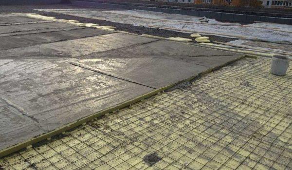 Поверхность заливается участок за участком, пока вся крыша не будет сделана