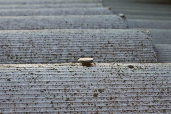 Правильно забитый гвоздь: между поверхностью и шляпкой остается зазор