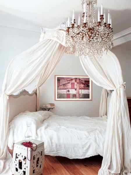 Нужна ли занавеска-балдахин над кроватью