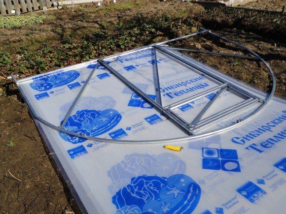 Проще всего приложить элемент конструкции и по нему разметить линию резки поликарбоната