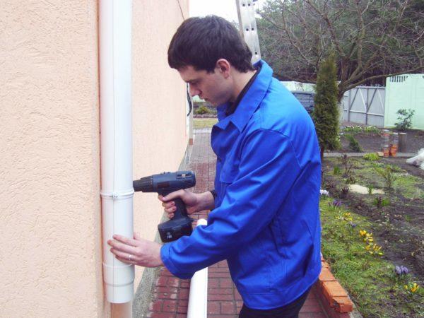 Процесс фиксации трубы