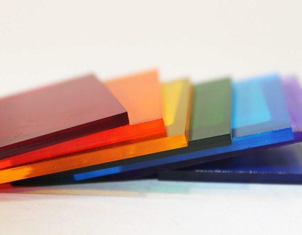 Прозрачный полимер при необходимости окрашивается в любой цвет по всему объему.
