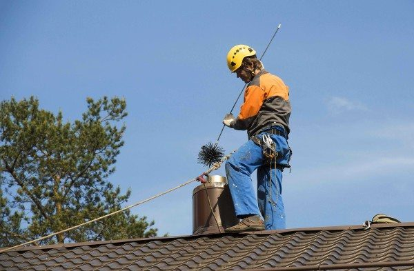 Работа на крыше со страховкой.