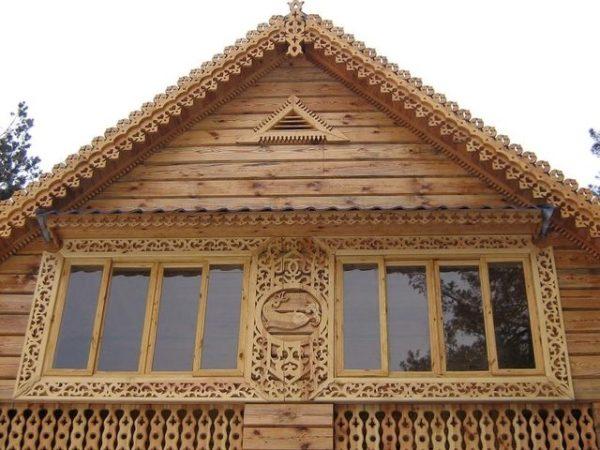 Резные варианты раньше часто использовались в архитектуре фронтонов домов из дерева, они выглядят привлекательно, но сложны в реализации