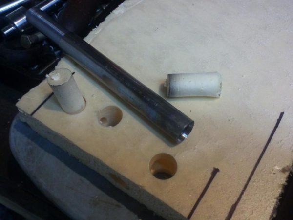 Ровные сквозные отверстия можно делать с помощью трубы.