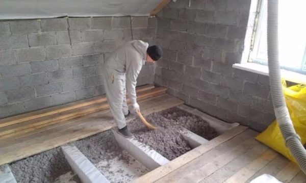 Ручной способ позволяет утеплять деревянные перекрытия
