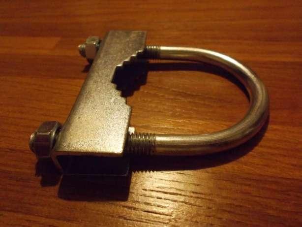С помощью такого хомута можно надежно прикрепить антенну к круглой трубе
