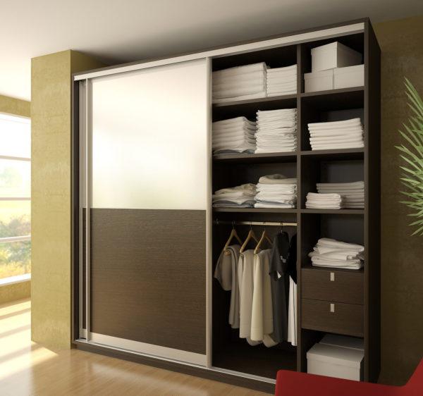 Преимущества и недостатки зеркальных дверей в шкафах-купе