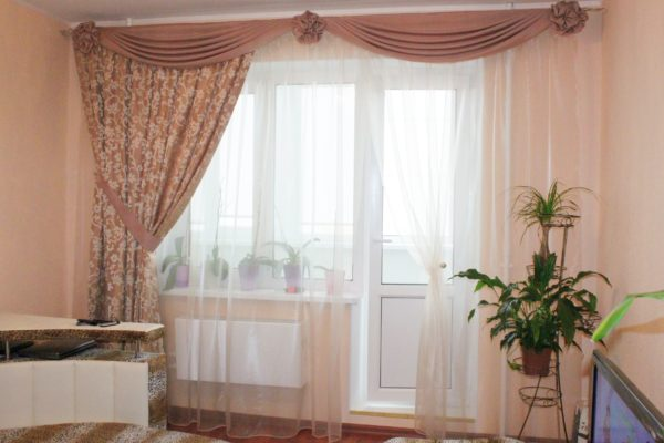 Как украсить окна ассиметричными шторами