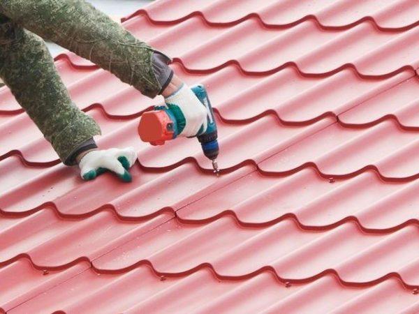 Шуруповертом производится основная часть работ по креплению материала