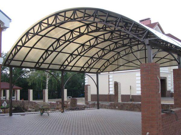 Сложная конструкция навеса с использованием дугообразных ферм