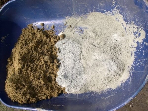 Сначала цемент нужно смешать с сухим песком