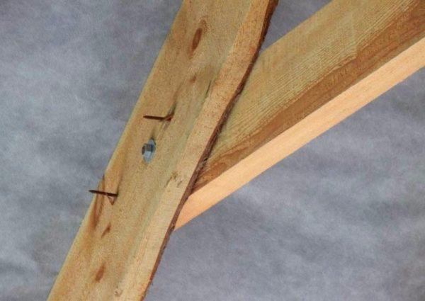 Соединение стропильной ноги с ригелем временно зафиксировано саморезами, затем стянуто болтом.