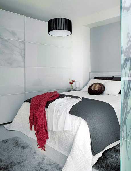 Как сделать спальню без окон светлой и уютной
