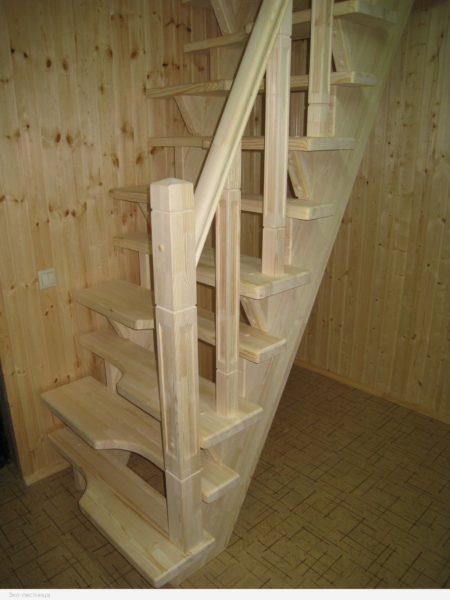 Стационарная лестница из дерева.