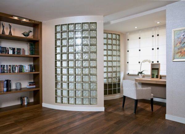 Как использовать стеклянные блоки в гостиной
