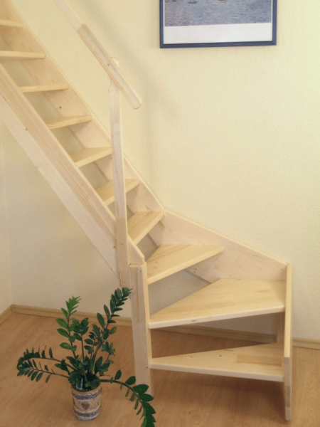 Стена, к которой примыкает лестница, не должна иметь выступов, способных помешать эвакуации людей при пожаре.