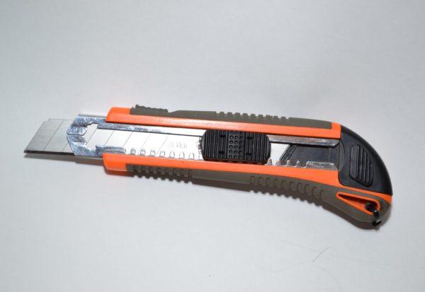Строительный нож – самый распространенный инструмент для обработки пенопласта.