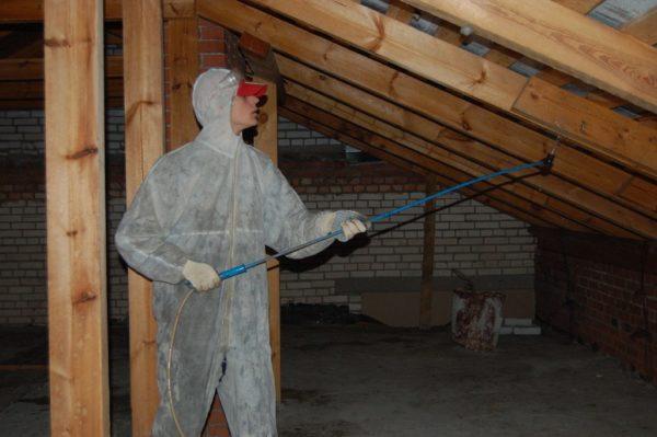 Стропила и другие деревянные детали конструкции необходимо обработать антисептиком