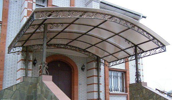 Сварная конструкция из поликарбоната с малым количеством декоративных элементов