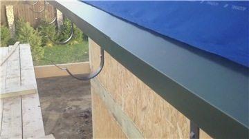 Свес крыши с уже установленной торцевой планкой