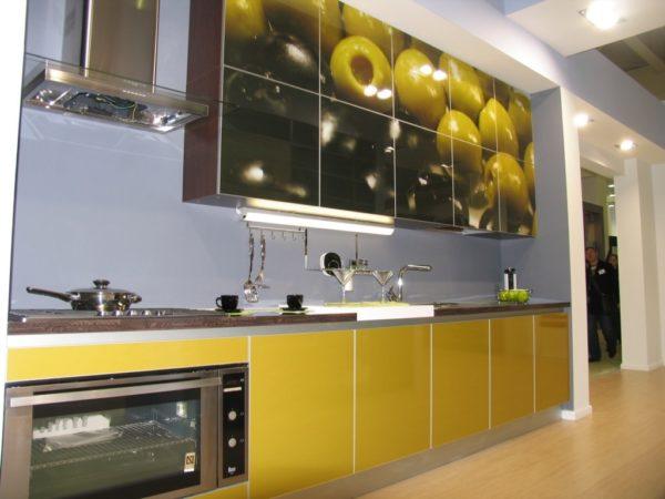 Стоит ли использовать стеклянные фасады для кухонного гарнитура