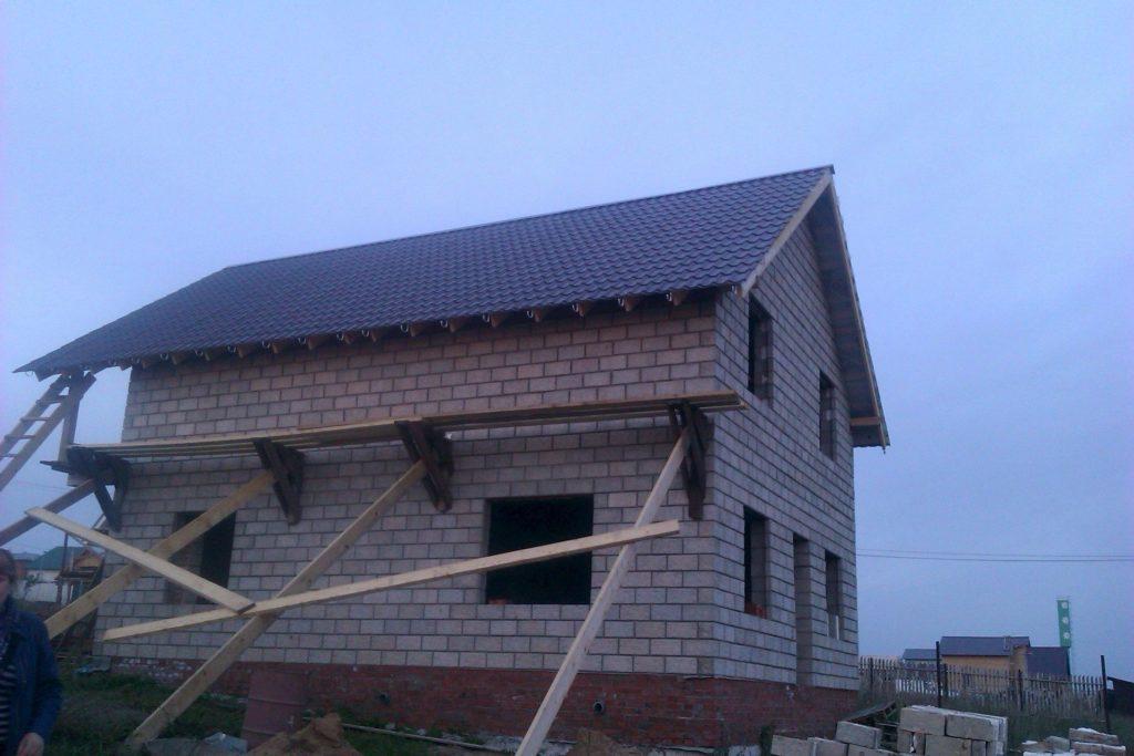 Так выглядит простая двускатная крыша, которую можно построить самому